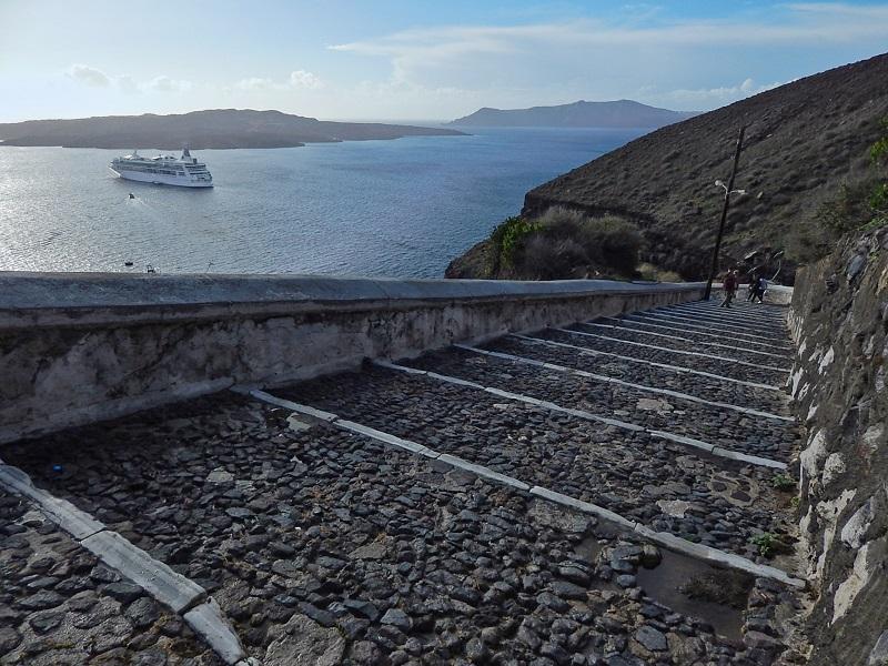 O caminho de pedras entre Fira e o Porto Antigo.