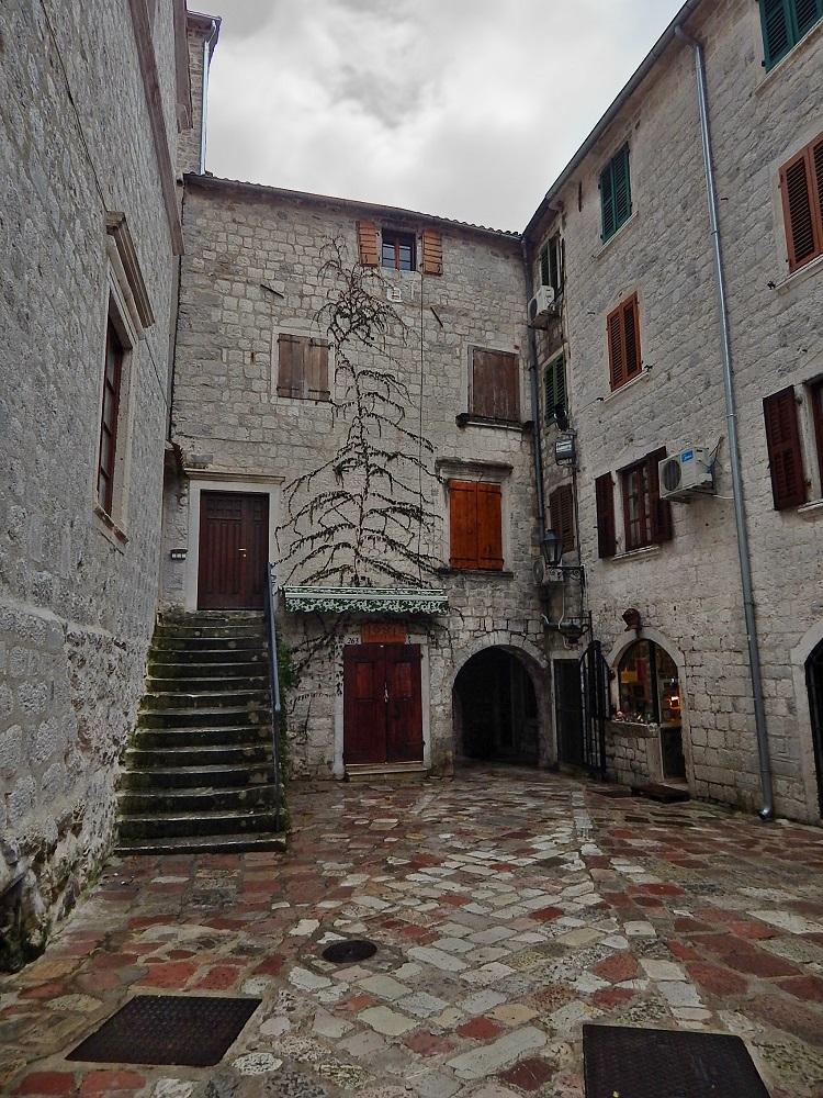 Ruas e construções de pedra da cidade medieval.
