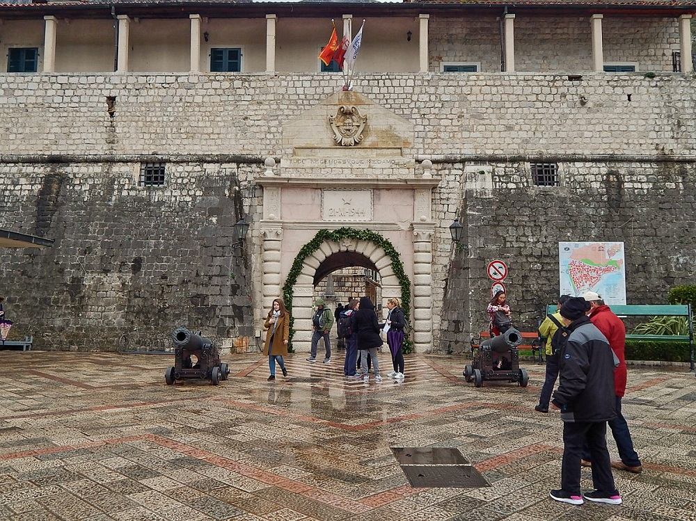 Portão principal da cidade murada de Kotor.