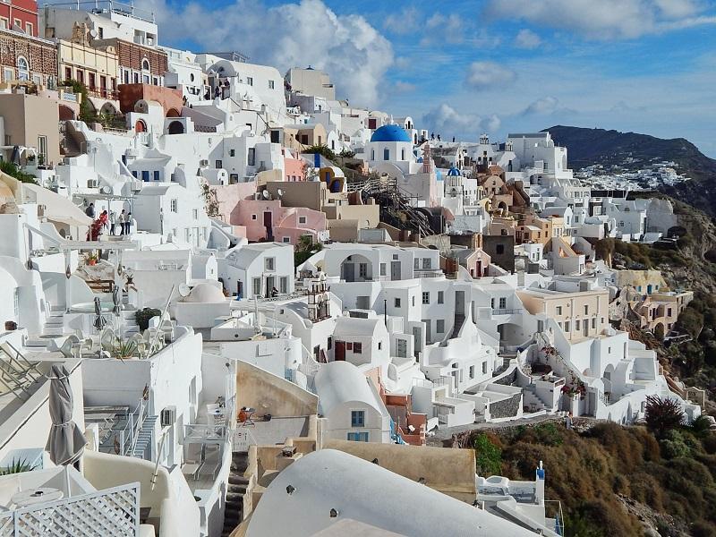 Vista das casas brancas em Oia.