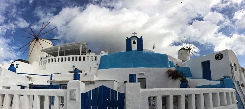 Moinho e igreja em Santorini.