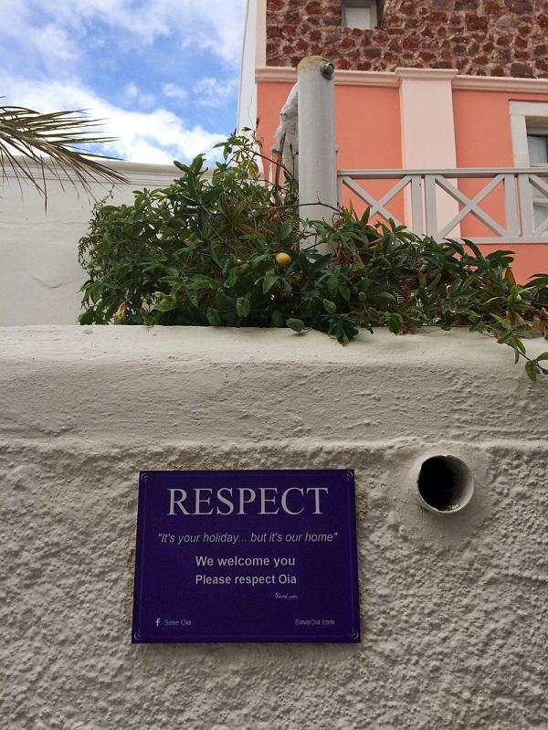 Placa de moradores de Santorini.