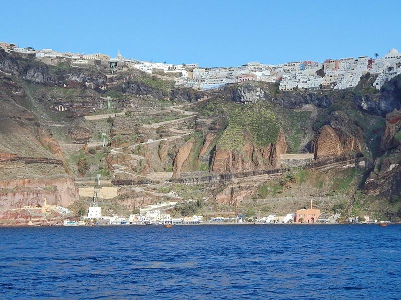 Porto Antigo de Santorini, Fira e o caminho em zigue-zague que faz a ligação.