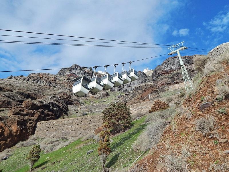 Cabines do teleférico de Santorini.