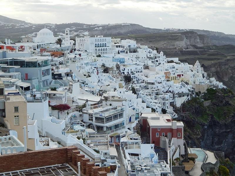 Vista das casas brancas na encosta em Fira.