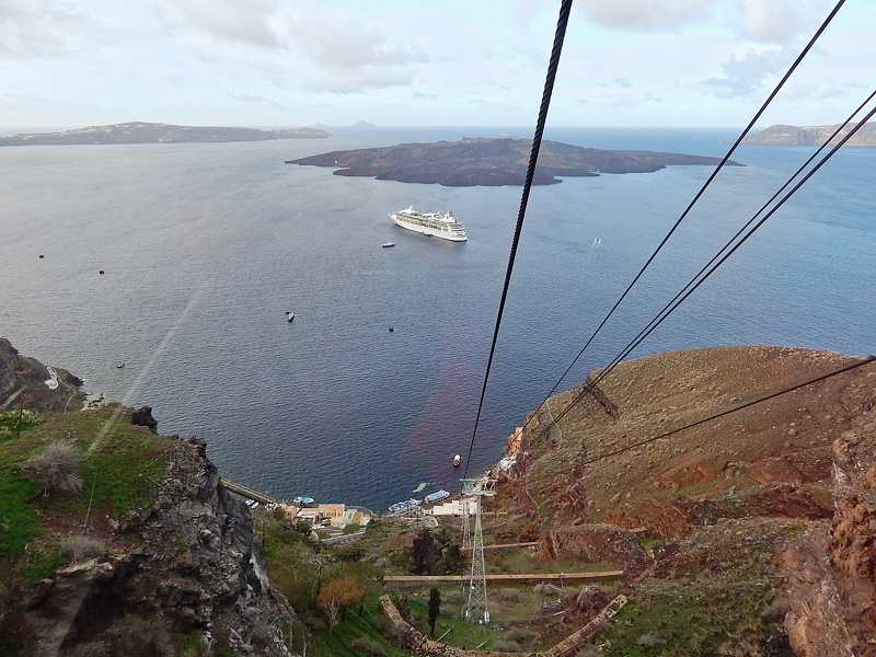 A vista de Santorini durante a subida de teleférico.