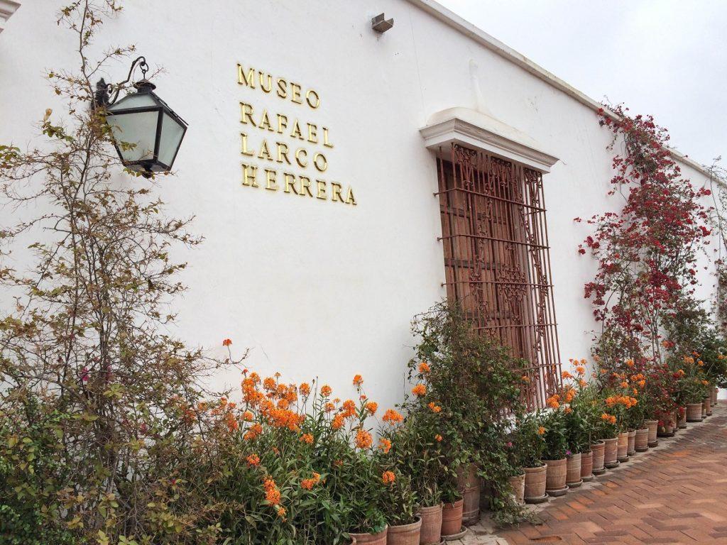 fachada do museu Larco