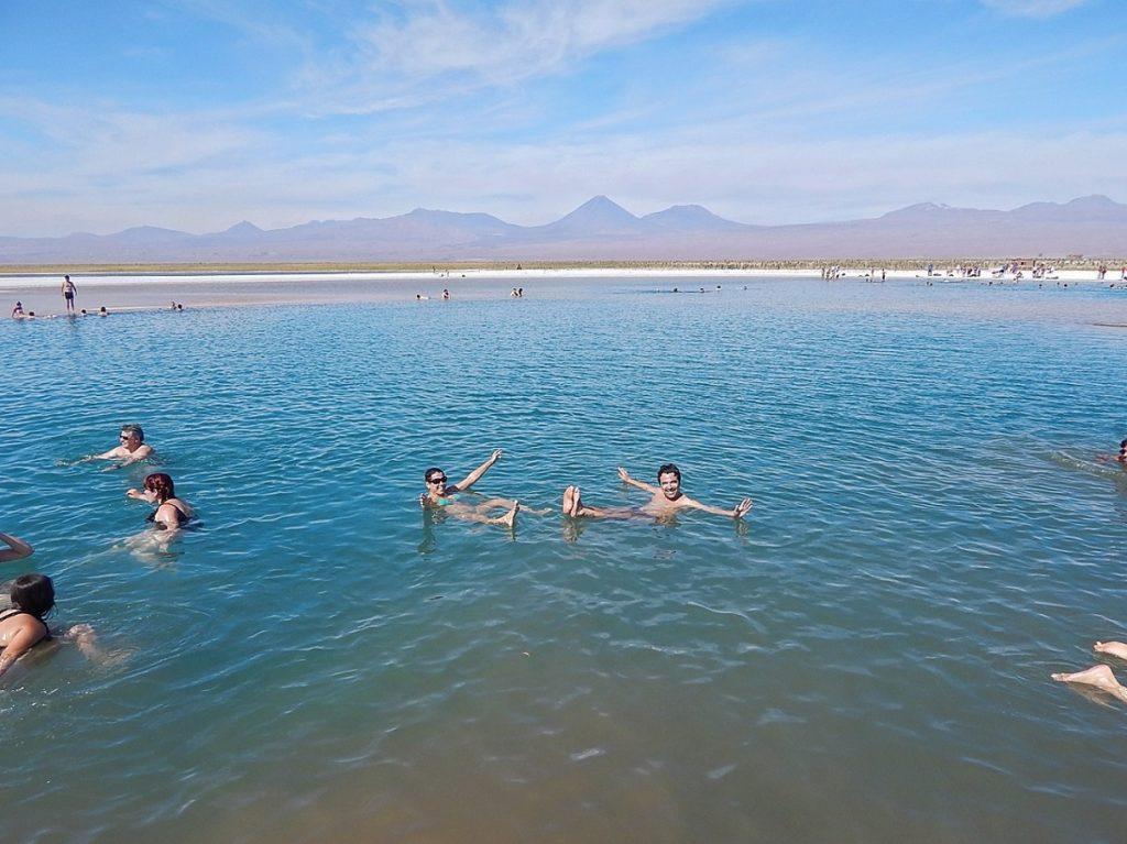 Flutuação na Laguna Piedra, no Atacama.