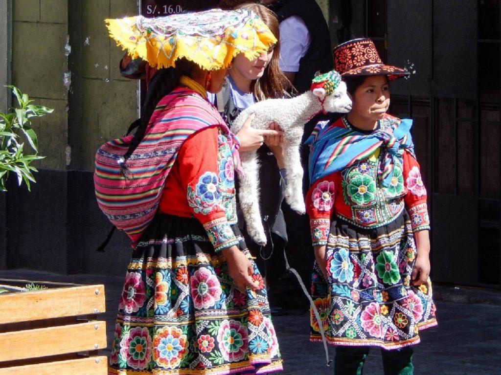 meninas com roupas típicas peruanas