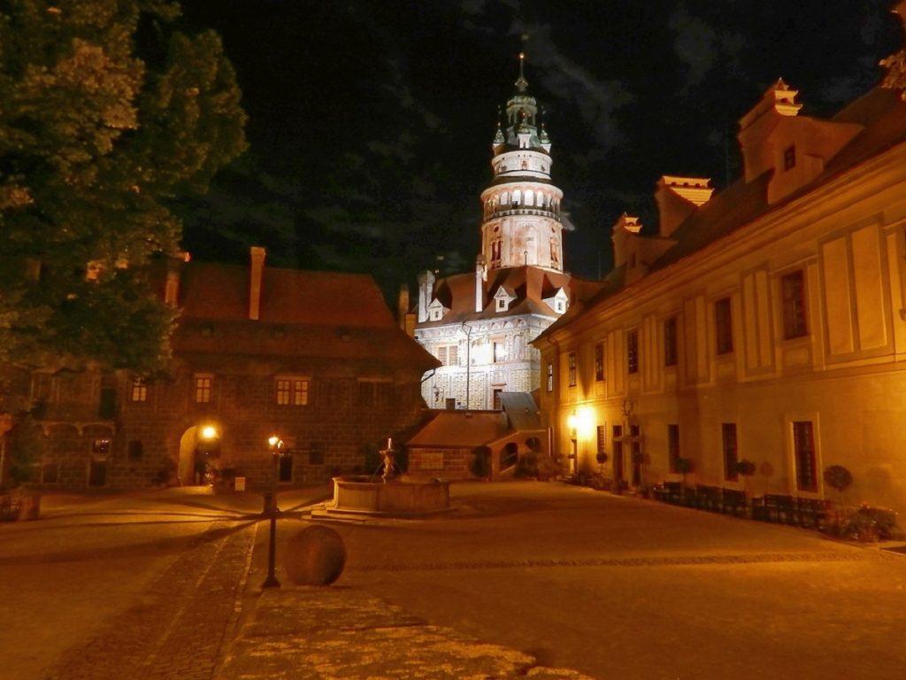 Pátio do Castelo à noite.