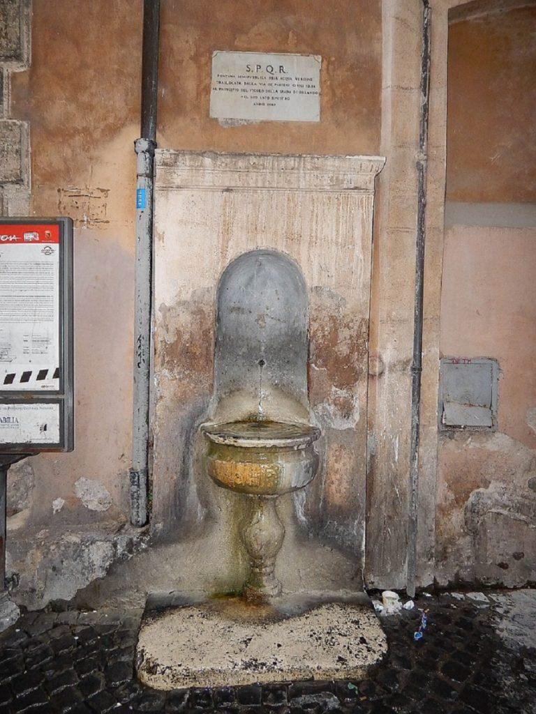 Fonte de água potável em Roma.