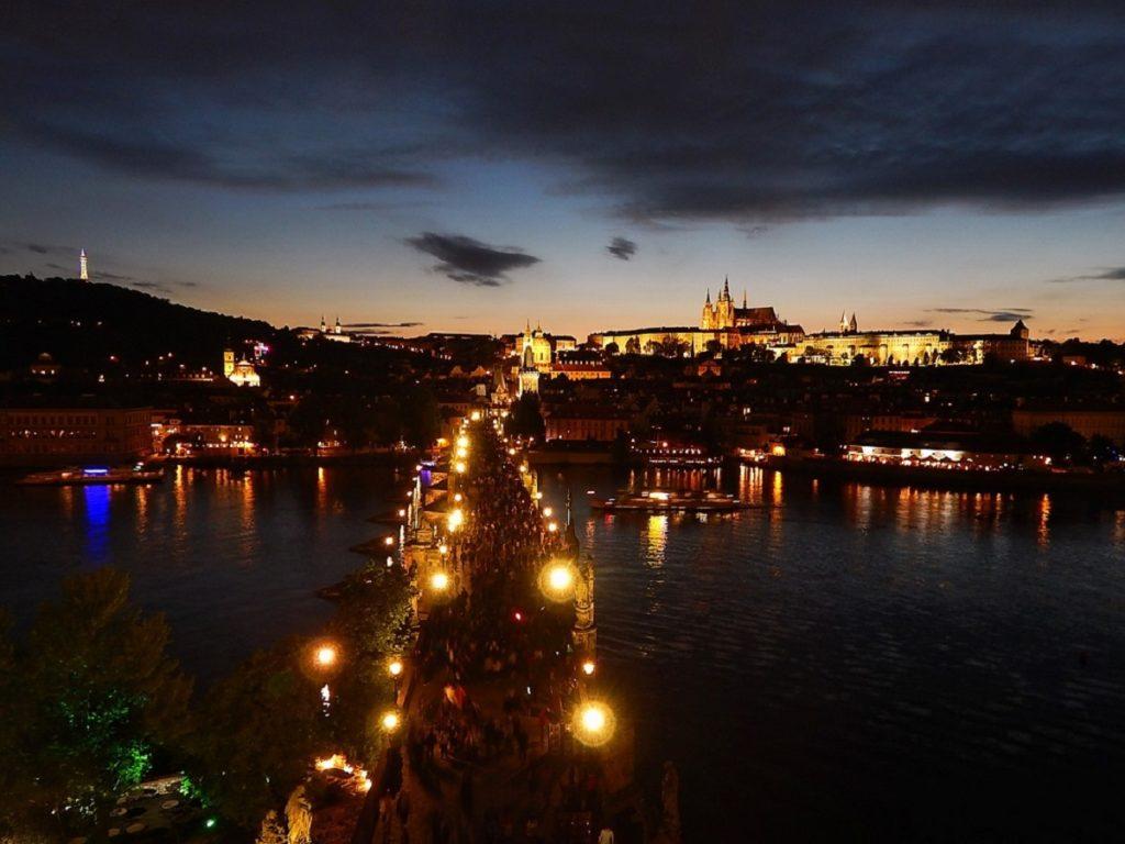 Ponte Carlos e o castelo de Praga.