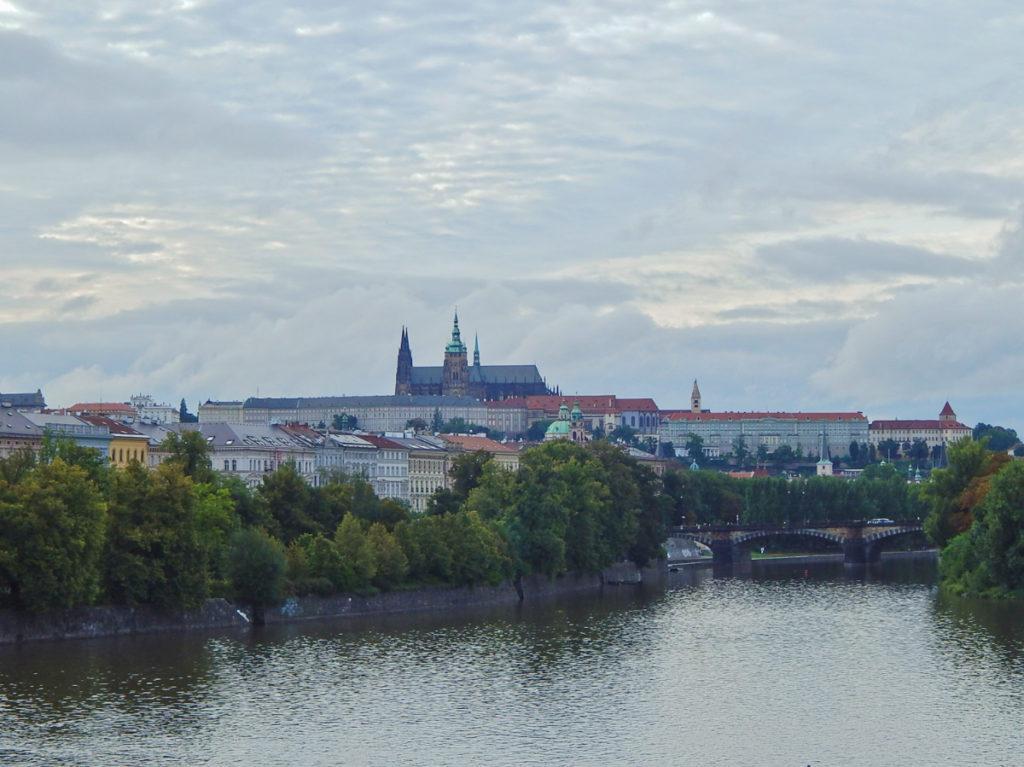 Beira do rio Moldava.